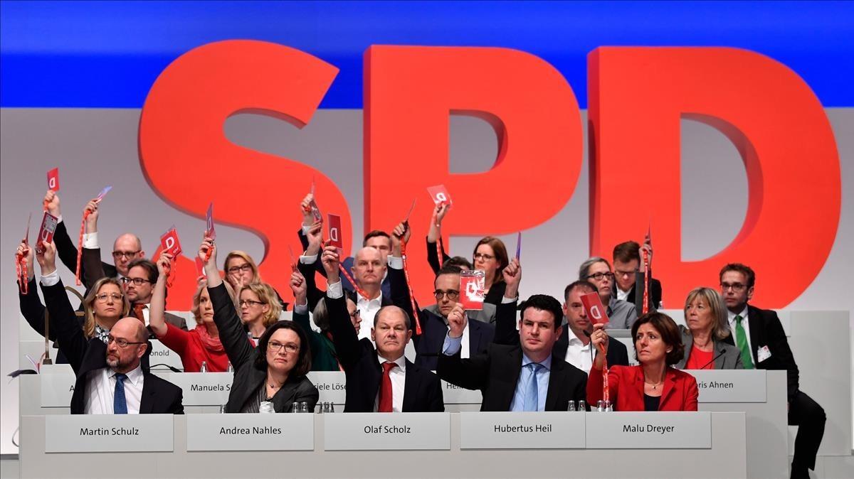 Miembros de la dirección del SPD votan, junto a los demás delegados, a favor de negociar con Merkel.