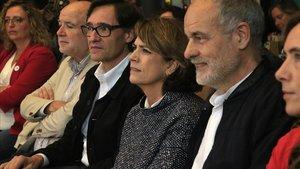 La ministra de Justicia, Dolores Delgado, entre el secretario de organización del PSC, Salvador Illa (a su derecha) y el cabeza de lista socialista al Congreso por Tarragona, Joan Ruiz, este sábado, en Tarragona.