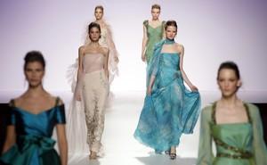 Modelos presentando la colección de Piedad Rodriguez en la Barcelona Bridal Week Fashion del 2010.