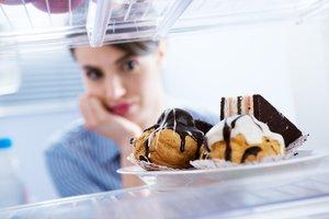 Una mujer observa unos dulces.