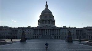 Un niño pedalea frente al edificio del Capitolio, en Washington.