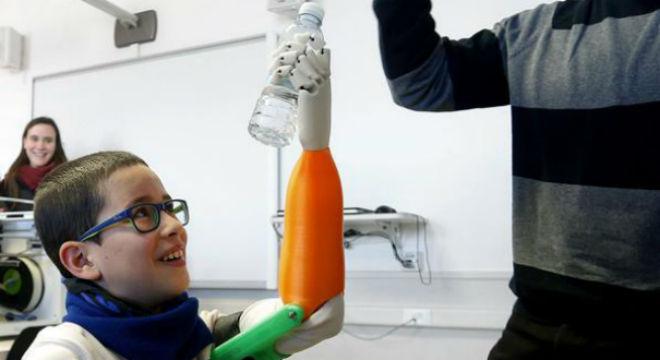 Unai Blanco Martínez cogiendo una botella de agua con su nueva prótesis biónica.