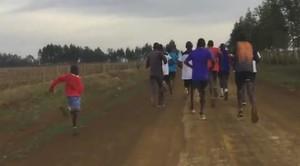Un niño trata de seguir el ritmo de los mayores en Kenia.