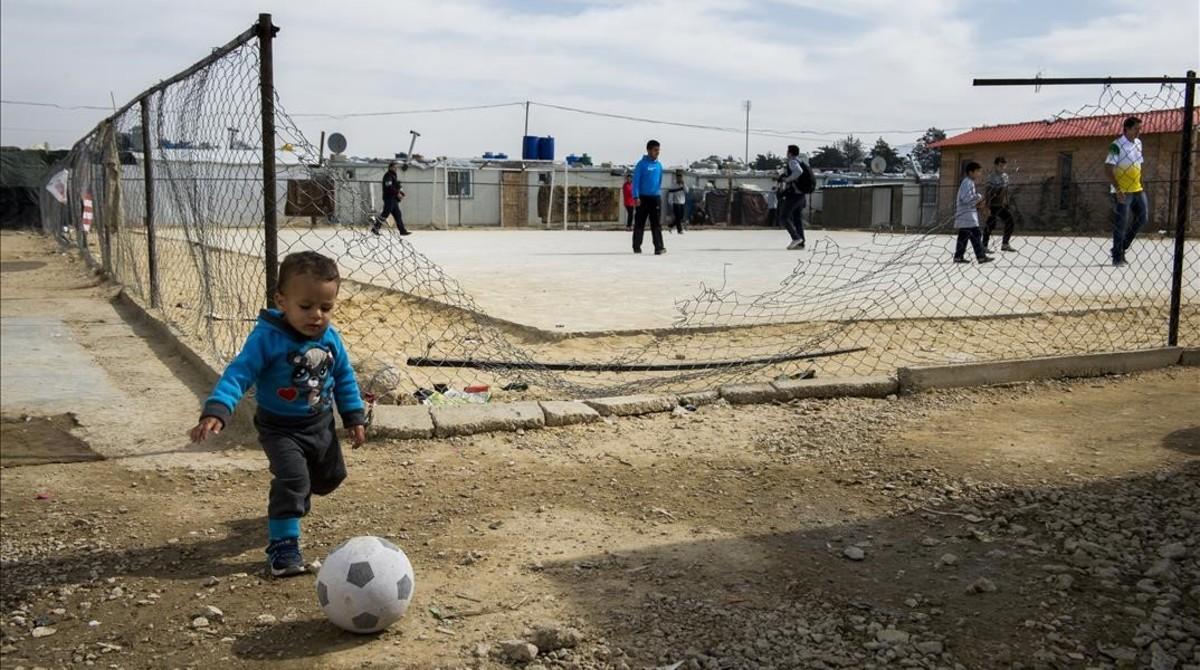 Niños y mayores jugando en el precario campo de refugiados libanés de Al Awde, cerca de la frontera siria.