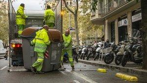 Operarios del Ayuntamiento colocan nuevos contenedores en la calle de Roger de Flor, esta mañana