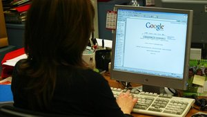 Una mujer consulta un buscador de información en su ordenador.