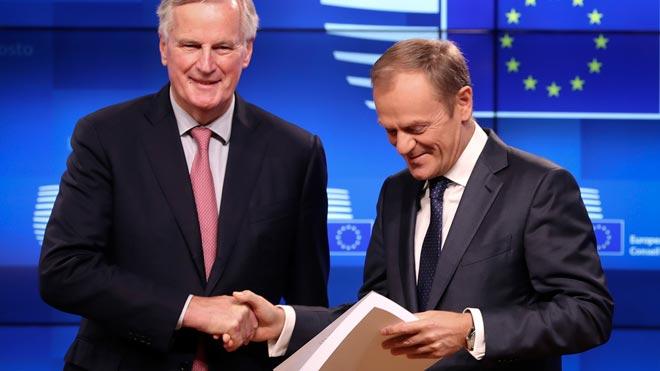 Michel Barnier y Donald Tusk, con el borrador del brexit, en rueda de prensa en Bruselas.