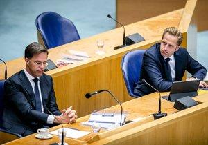 El primer ministro de Países Bajos, Mark Rutte, a la izquierda, y el ministro de Sanidad, Hugo de Jonbe, este miércoles duranteel plenario sobre la pandemia en el país europeo.