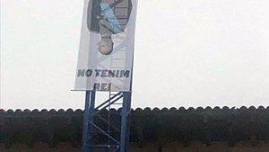 La pancarta con la imagen del Rey boca abajo y la frase No tenemos rey que los Mossos han descolgado este sábado en Vic.