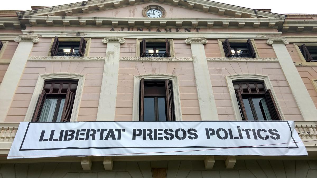 Pancarta en la fachada del Ayuntamiento de Sabadell que reclama 'Libertad presos políticos'.