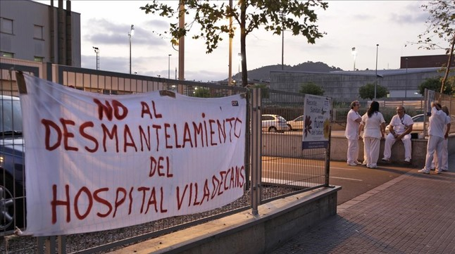 Pancartas de protesta ante el hospital de Viladecans, en el 2011.