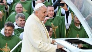 El Papa Francisco sufre un tropiezo al salir de una reunión con obispos