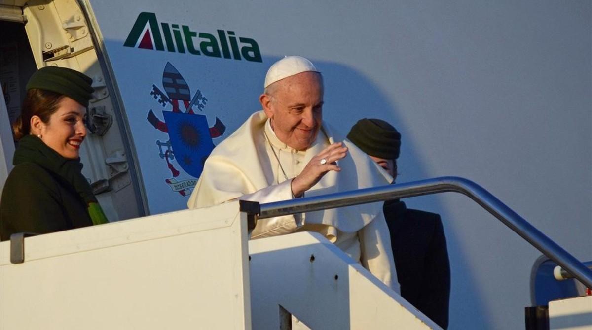 El papa Francisco parte en avión desde el aeropuerto de Fiumicino en Roma hacia Chile y Perú.