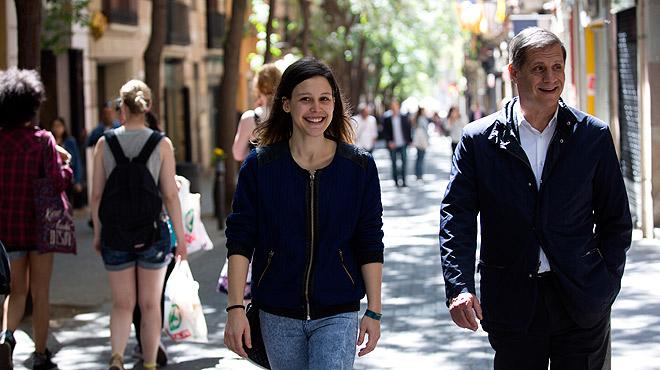 Alberto Fernández Díaz, candidato del PPC a la alcaldía de Barcelona, pasea por Gràcia con una lectora de ELPERIÓDICO y comparte charla con ella sobre sus proyectos para la ciudad.