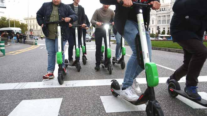 Trànsit prohibirà per decret que els patinets elèctrics vagin per la vorera i els farà controls d'alcoholèmia