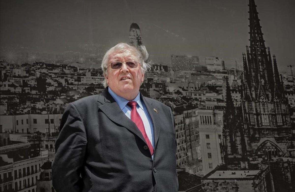 Paul Preston, este lunes ante una foto mural de la capital catalana, donde presenta la versión en cómic de La guerra civil española y donde será investido Doctor Honoris Causa por la Universidad de Barcelona.