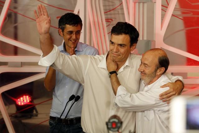Madina observa el abrazo de Sánchez con Rubalcaba, este domingo, en Madrid.