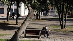 Pensionista sentado en un banco de Barcelona.