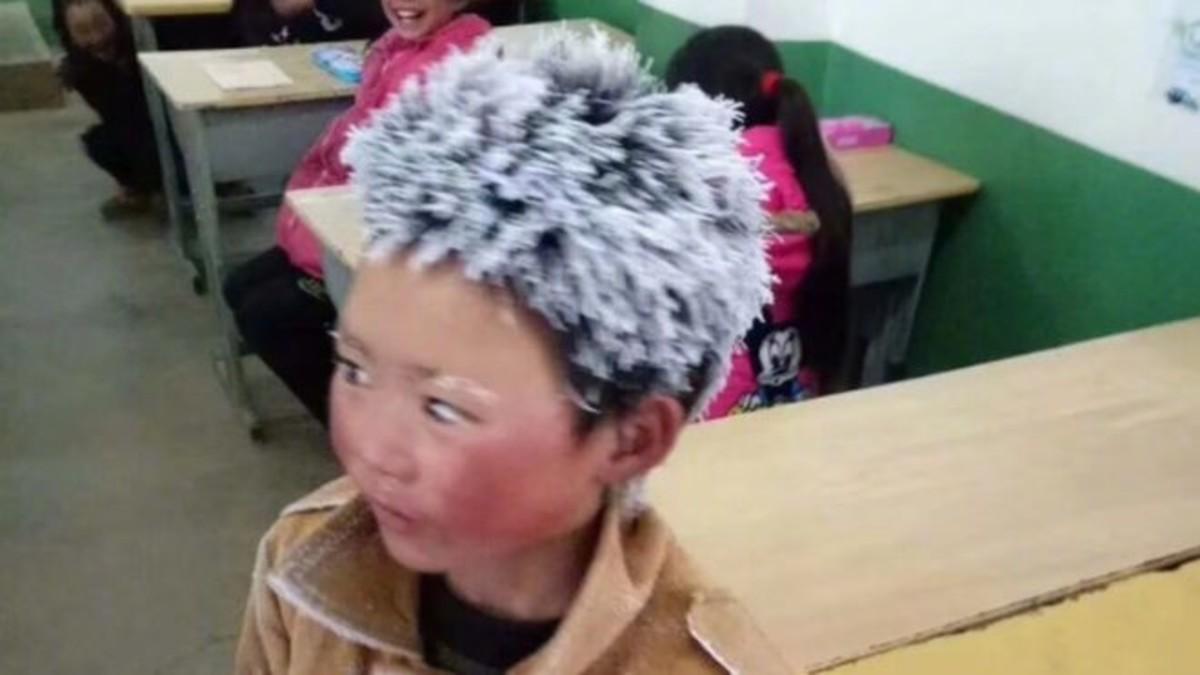 El Pequeño Wang, con el pelo congelado, en su colegio.