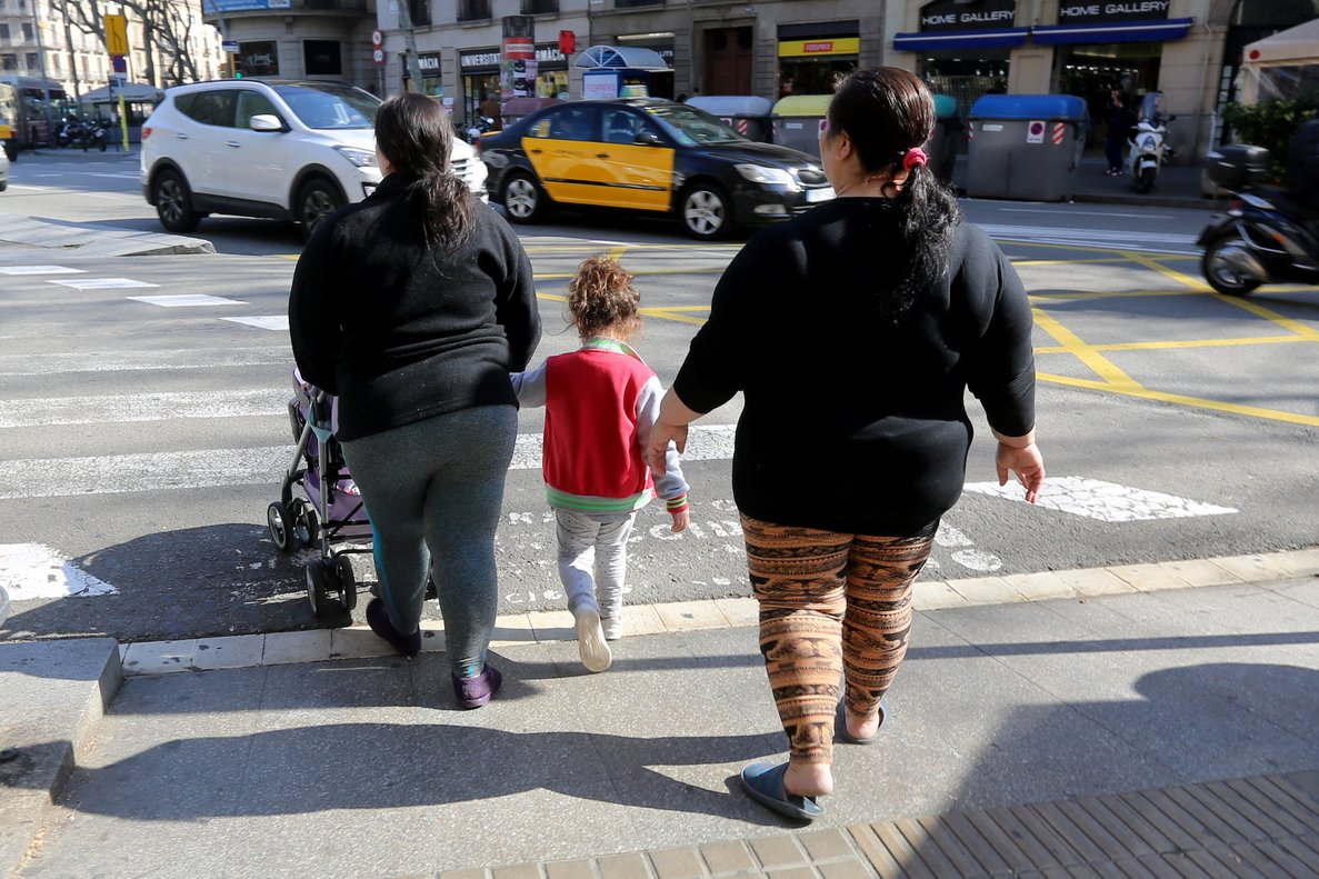 Personas con obesidad, en una calle de Barcelona.