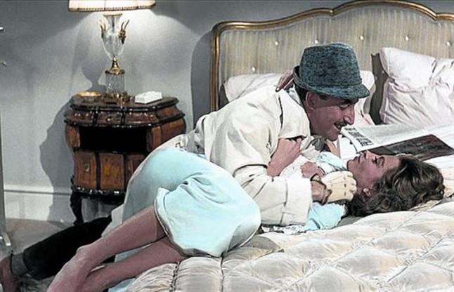 Peter Sellers y Capucine, en una divertida escena de la película.