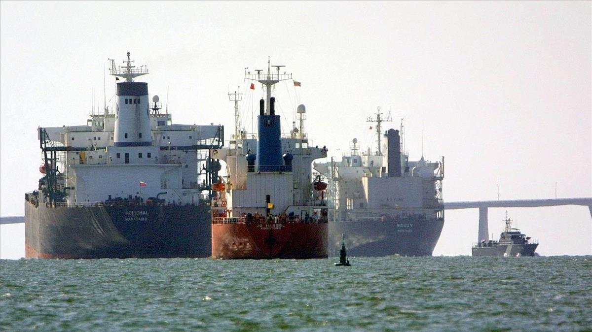 Petroleros anclados frente a la ciudadvenezolana de Maracaibo.