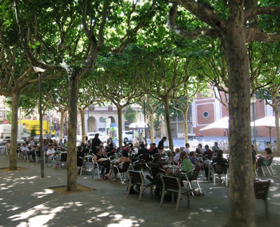 Terraza de un bar de la plaza Santa Anna de Mataró.