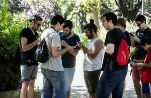 Seguidores del juego Pokemón GO, en el encuentro que ha tenido lugar este jueves en el Turó Park de Barcelona.