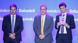 Premio Inicia. Ignasi Vilajosana, de World Sensing, recoge el premio junto a Pau Villòria, de la Generalitat, y Jordi Romañach (izquierda), de El Corte Inglés.