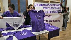 preparacion de camisetas y pancartas para la manifestación del día 8 de marzo