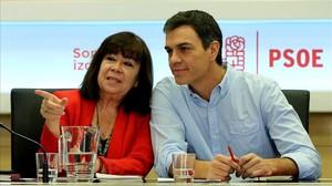 La presidenta del PSOE, Cristina Narbona, y el secretario general, Pedro Sánchez, este lunes en la sede del partido.