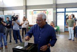El primer ministro portugués, Antonio Costa, votando este domingo en un colegio lisboeta.