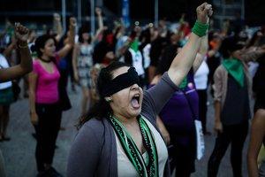 Las mujeres corearon y bailaron la canción en una zona emblemática de Caracas conocida como Plaza Venezuela.