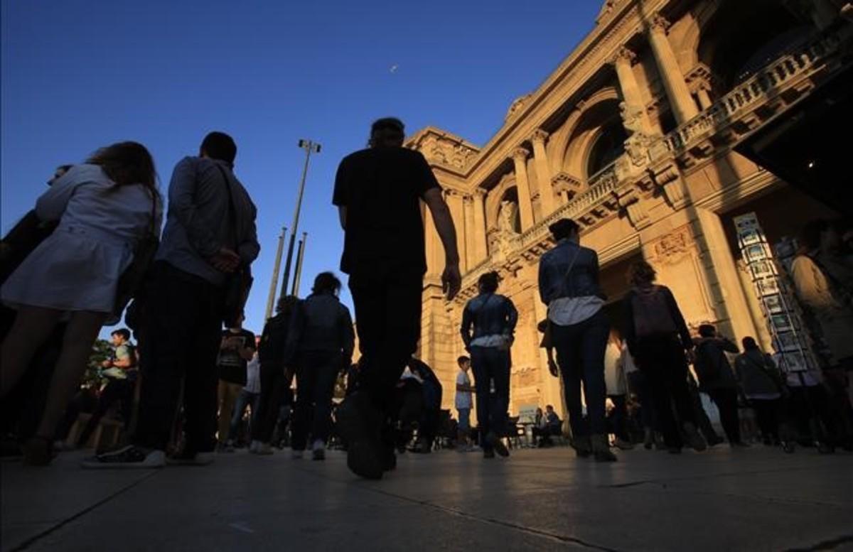Público dirigiéndose al MNAC durante la Nit dels Museus del año pasado.