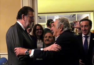 Rajoy saluda al expresidente de Uruguay José Mujica, este martes en Montevideo.