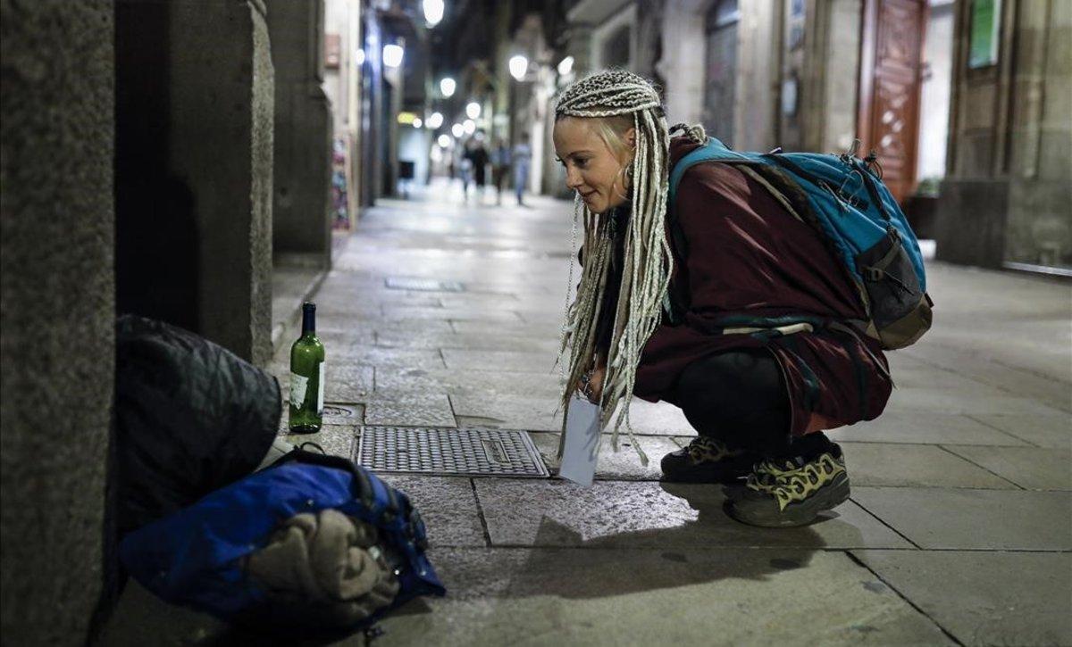 Un momento del recuento de personas sin hogar en Barcelona, organizado por la Fundació Arrels.