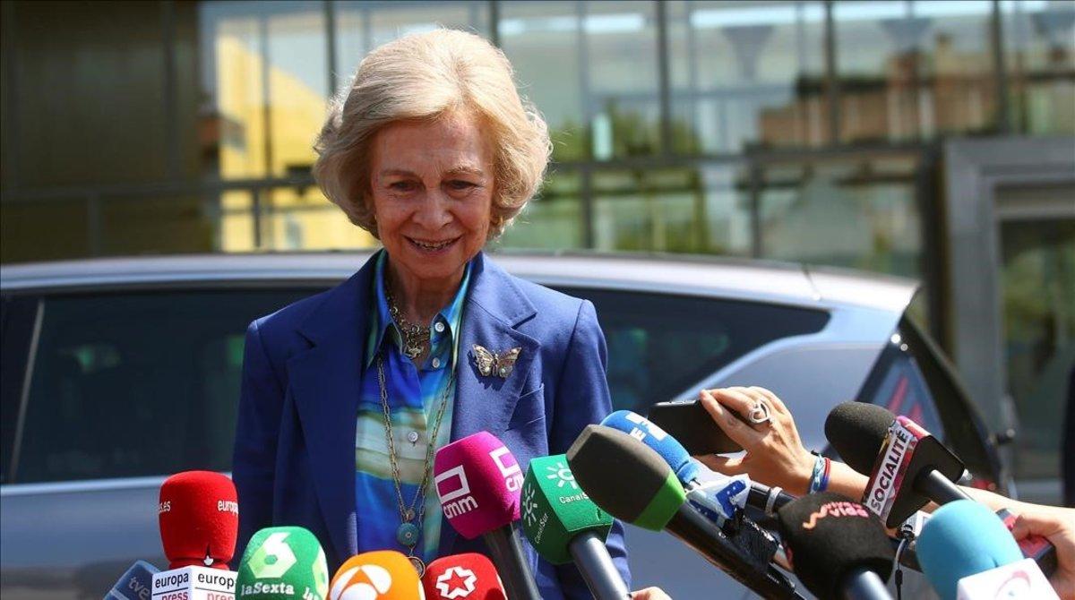 La reina Sofía, este domingo, en la entrada del hospital donde está ingresado Juan Carlos I.