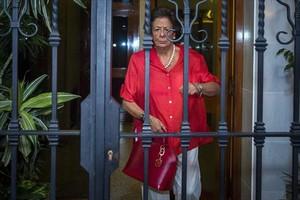 Rita Barberá sale de su domicilio, en València.