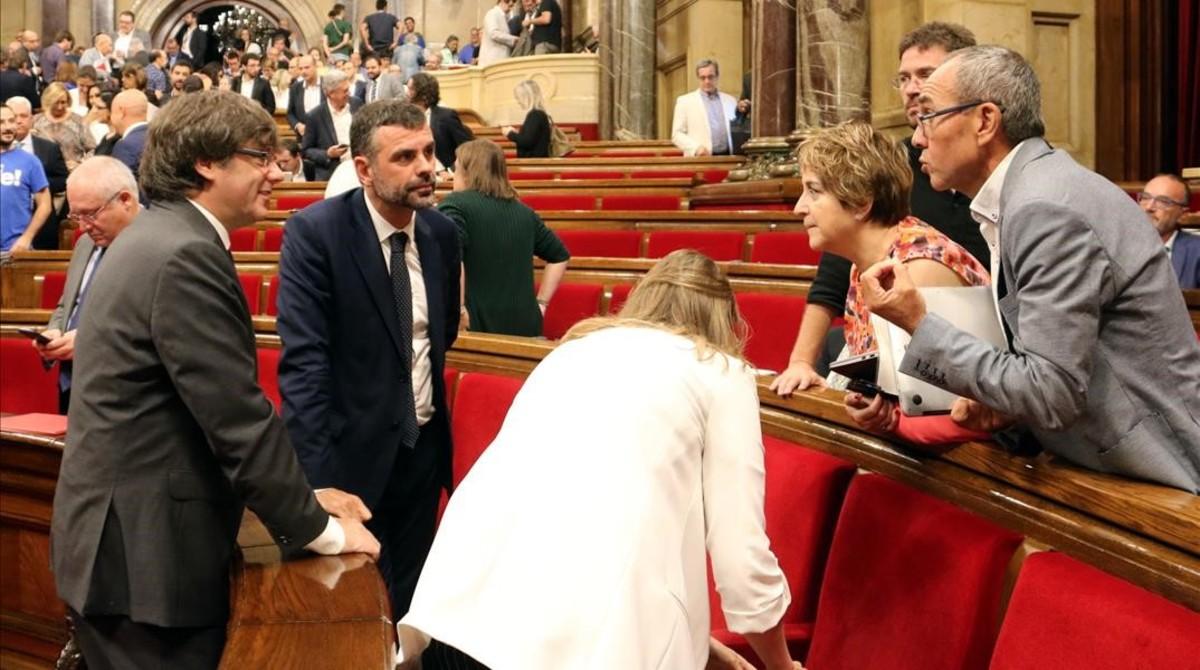 Joan Coscubiela expresa sus quejas al 'president' Carles Puigdemont en el hemiciclo del Parlament. el pasado 6 de septiembre.