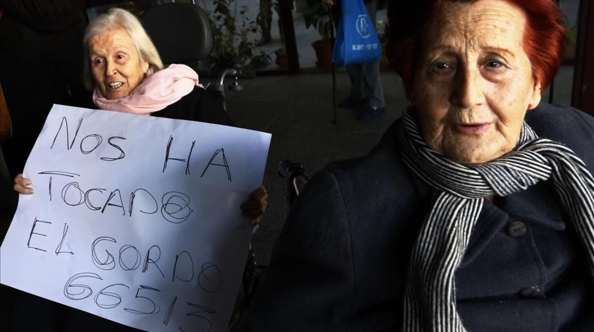 Rosario muestra orgullosa el número del Gordo, hoy en la residencia Peñuelas, en Madrid.