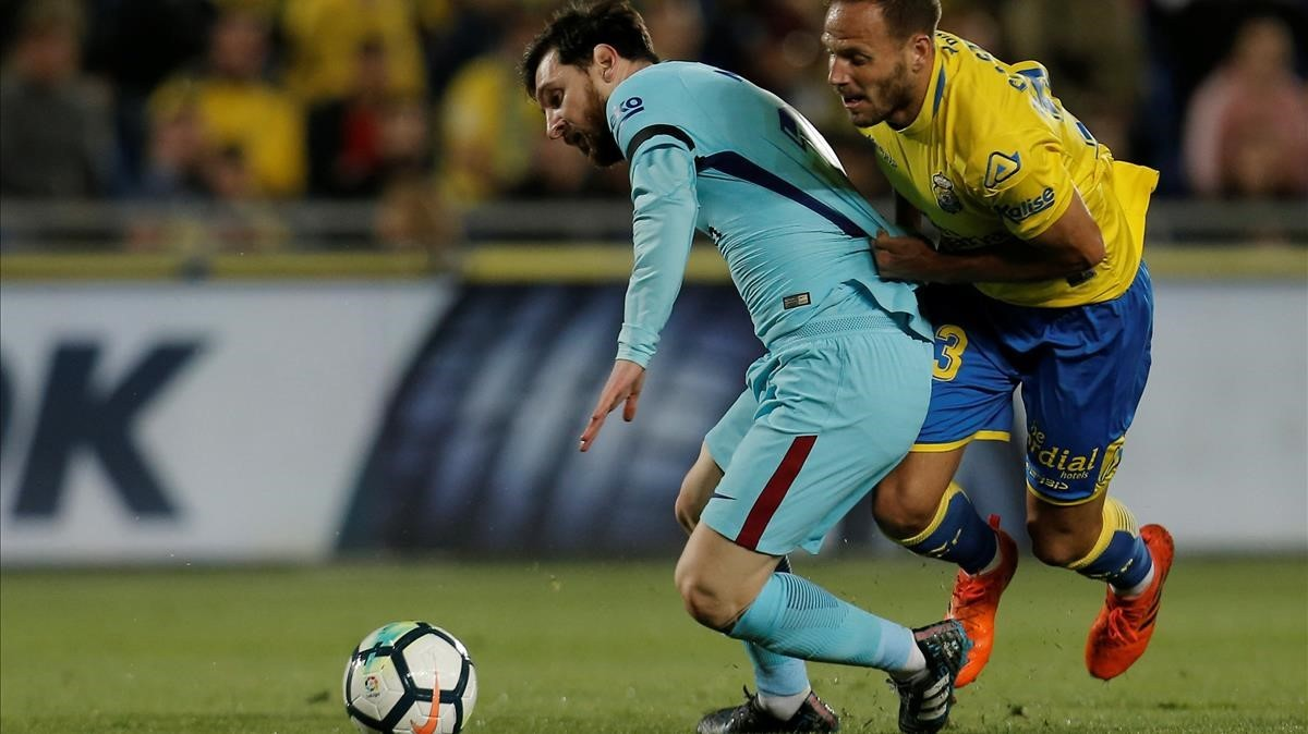 Messi, defendido por Castellano.