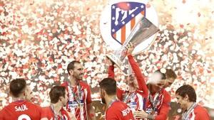 Griezmann alza el trofeo de campeones de la Europa League, este miércoles en Lyón.