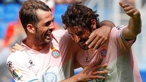 Víctor Sánchez felicita a Granero tras el segundo gol perico.