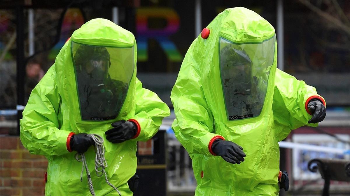 Agentes inspeccionanla zona donde se progujo elenvenenamiento en Salisbury.