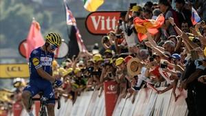 Julian Alaphilippe celebra su victoria en la primera etapa alpina.