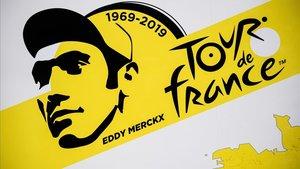 Cartel con la imagen de Eddy Merckx, a quien el Tour rinde honores al salir de Bruselas con motivo del 50º aniversario de su primer triunfo en París.