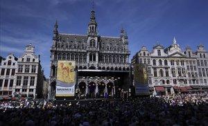 La famosa Grand Place de Bruselas, este jueves, llena de público en la solemne presentación de los equipos participantes en el Tour 2019.