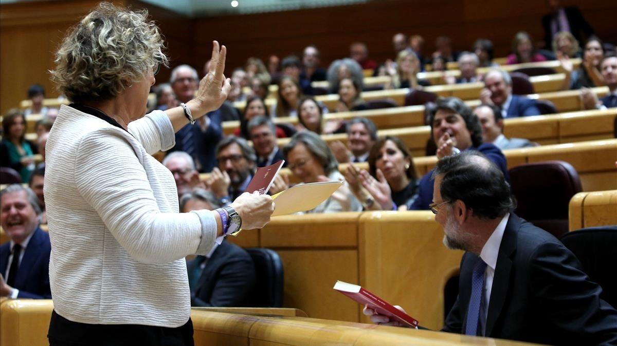 La senadora Mireia Cortes junto a Mariano Rajoy, durante el intercambio de regalos envenenados.