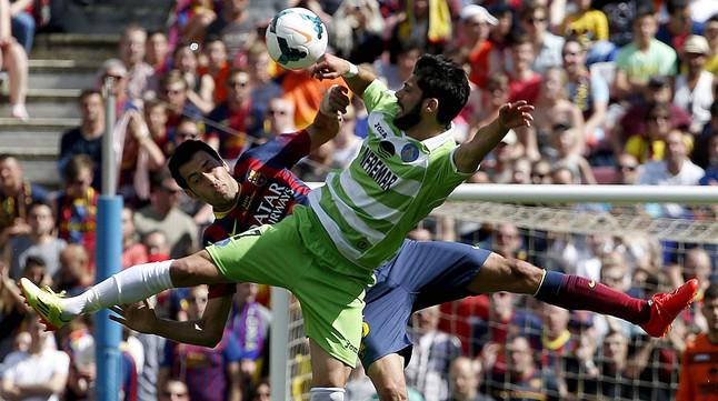 Sergio Busquets i Ángel Lafita lluiten per la pilota en un moment del partit.