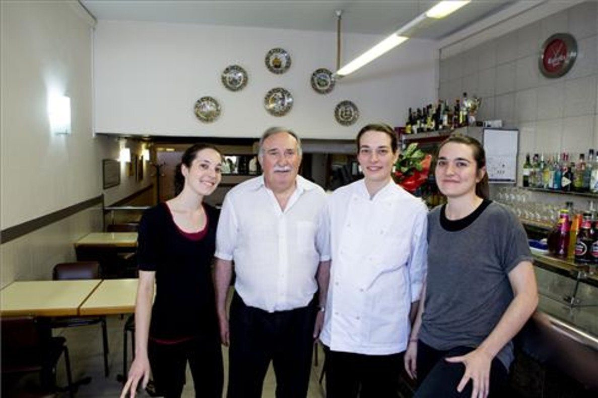 Sisco Vilaró, con sus tres hijas en el restaurante. Foto: Ferran Nadeu